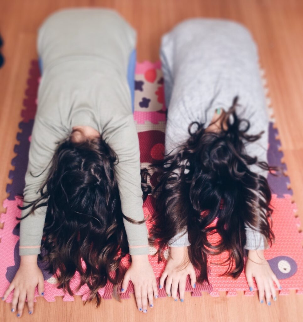 sesión de yoga para niños